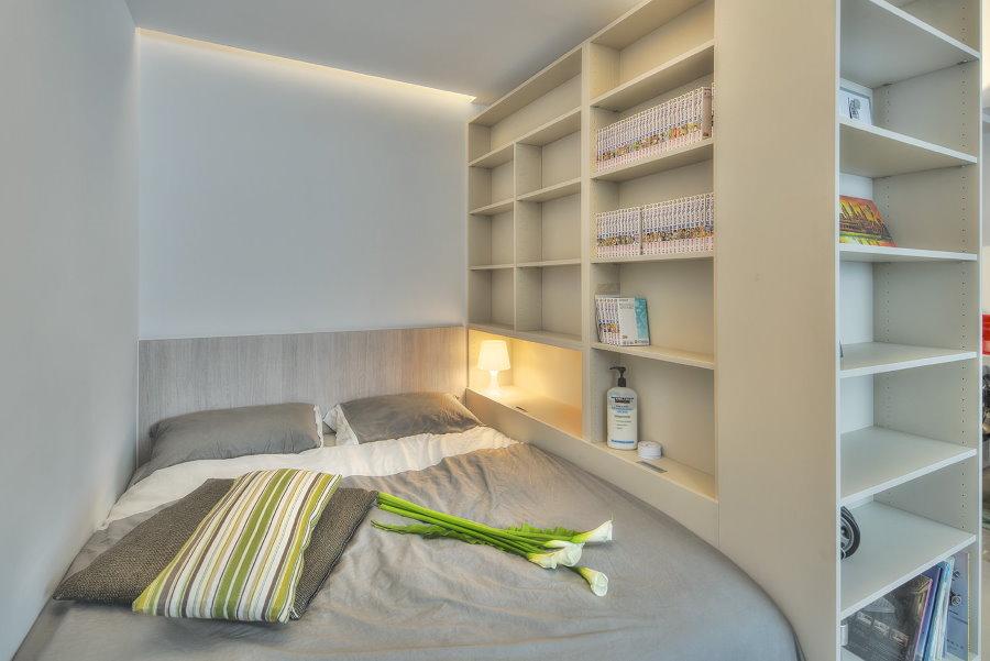 Спальное место за стеллажом в однокомнатной квартире