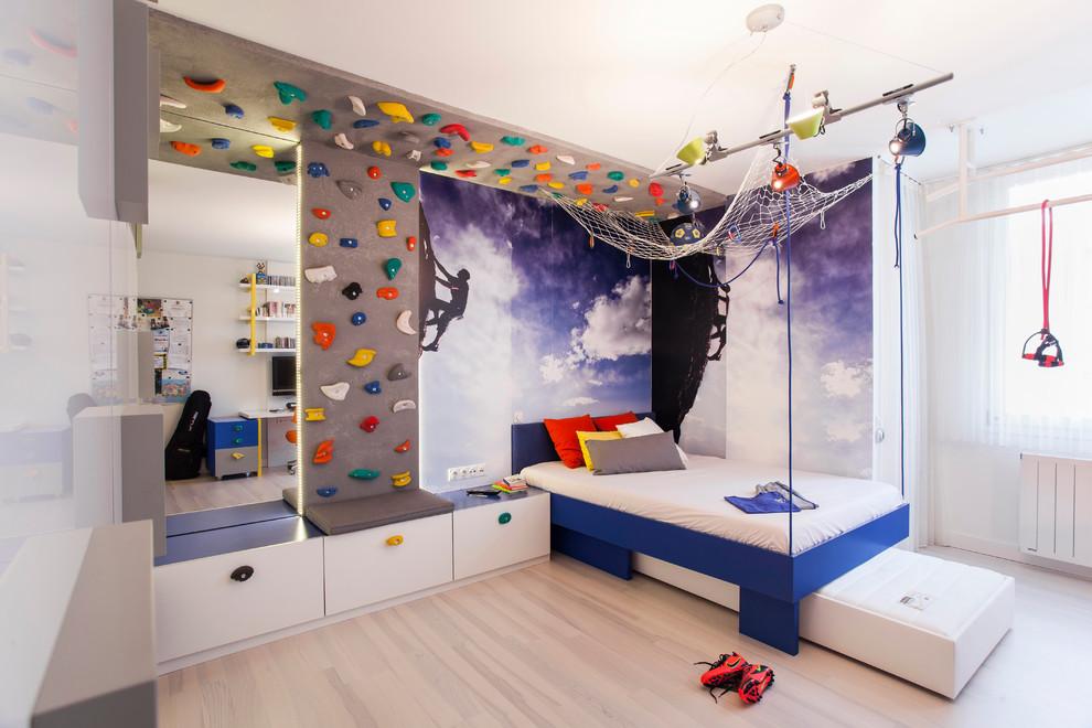 Стена для скалолазания в интерьере детской комнаты