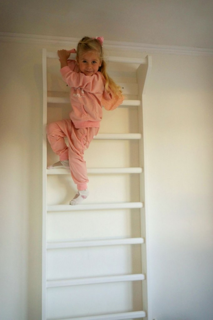 Стенка-лесенка для маленькой девочки