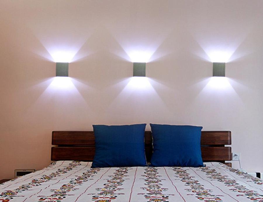 Светодиодные споты над изголовьем кровати