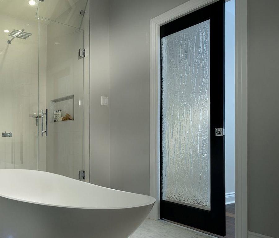 Рифленая поверхность стеклянной двери в ванной комнате