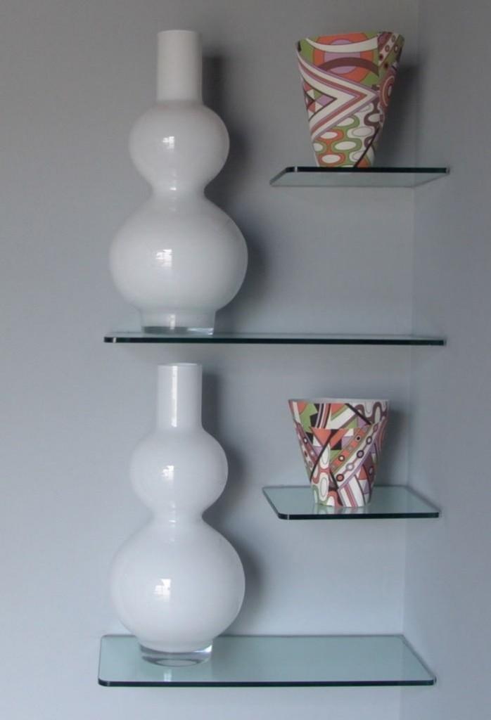 Декоративные вазы на полочках в углу гостиной