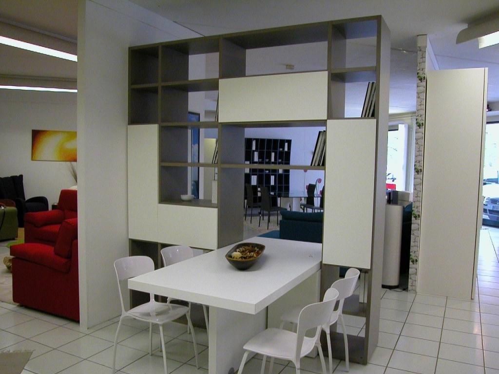 Обеденный стол в стеллаже между кухней и гостиной