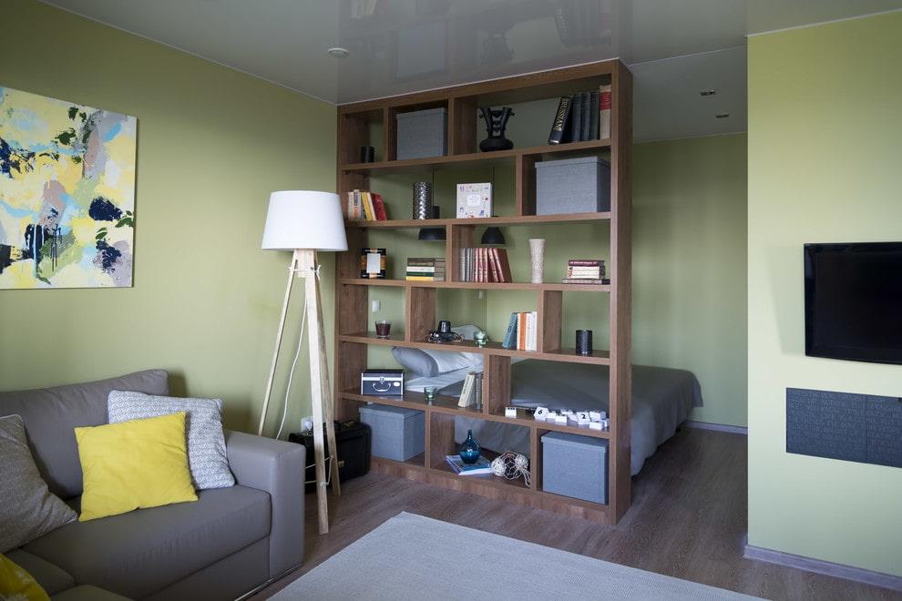 Коричневый стеллаж в квартире с зелеными стенами
