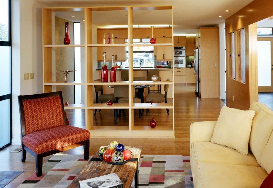 Зонирование кухни-гостиной простым стеллажом