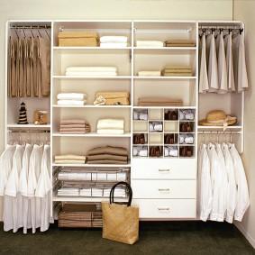 стеллажи для гардеробной комнаты фото декора
