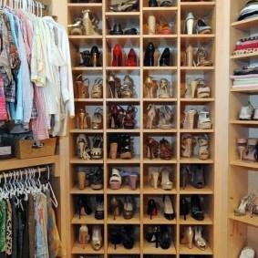 стеллажи для гардеробной комнаты фото интерьера