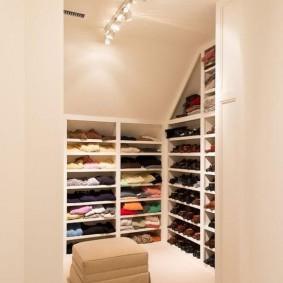 стеллажи для гардеробной комнаты виды декора