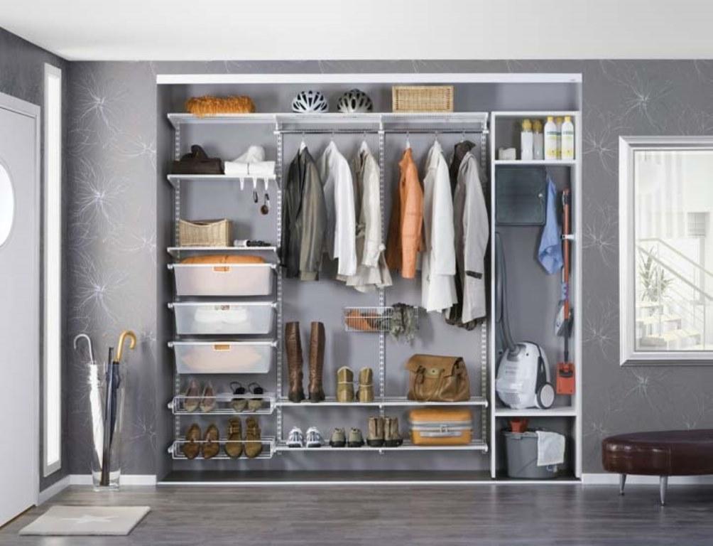 стеллажи для гардеробной комнаты вдоль стены