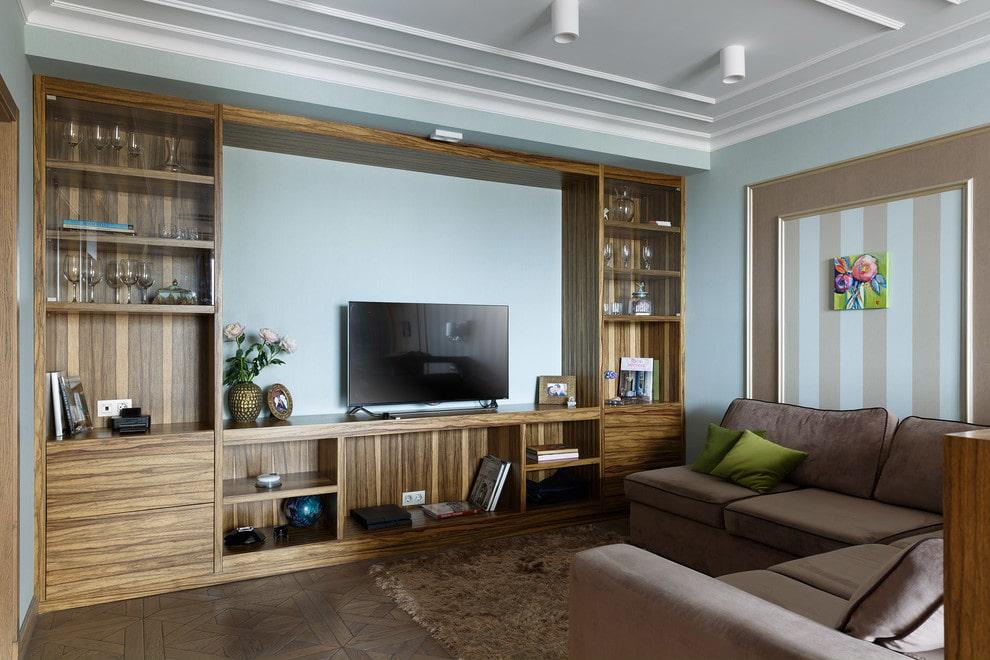 Стенка из массива дерева в интерьере гостиной