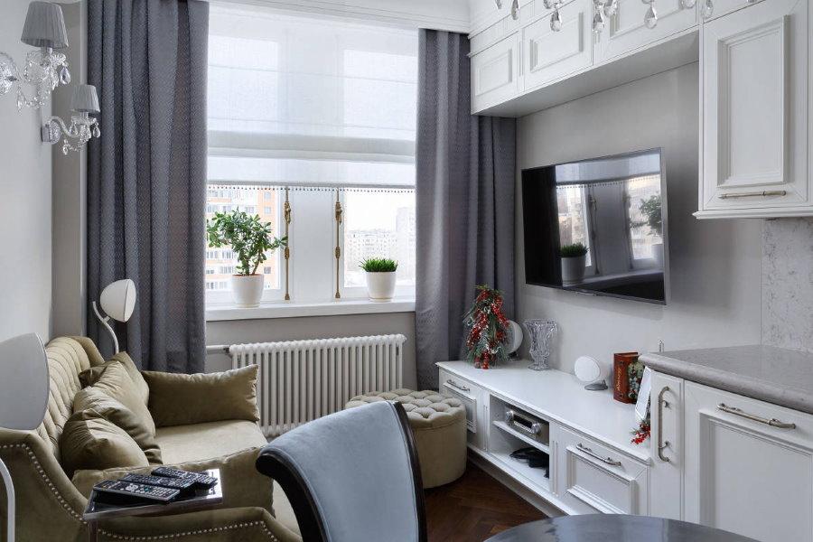 Уютная гостиная с серыми шторами на окне
