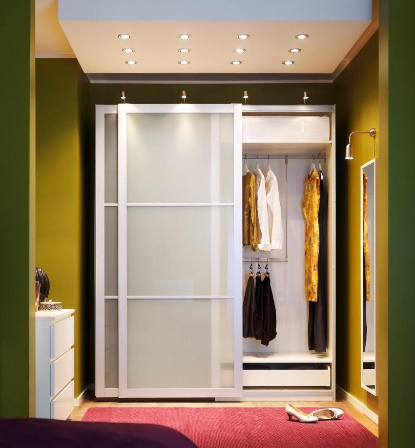 Встроенный шкаф с белыми створками в прихожей комнате