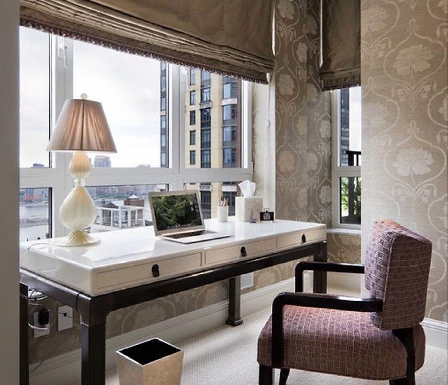 Удобный столик перед большим окном в квартире