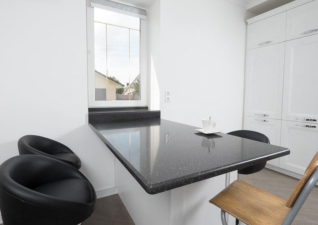 Стол-подоконник с черной поверхностью