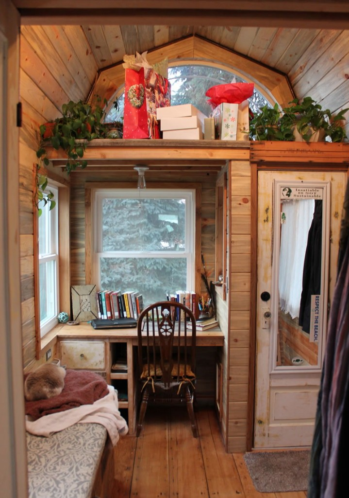 Деревянный стол-подоконник на террасе загородного дома