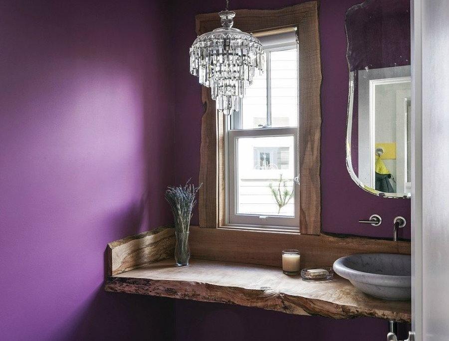 Деревянная столешница в ванной с окошком
