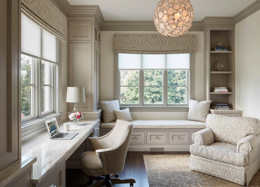 Светлая комната в стиле классики с двумя окнами