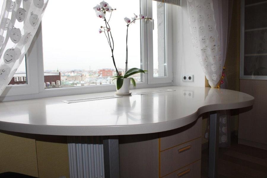 Стол-подоконник на кухне квартиры площадью 44 кв метра
