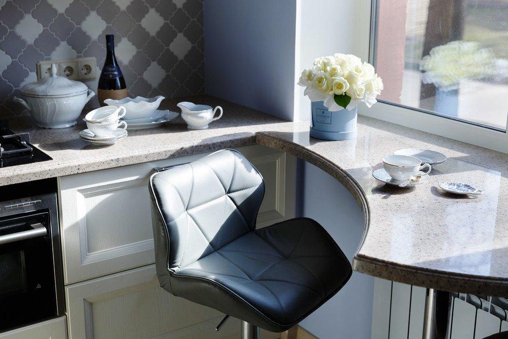 Монолитная столешница-подоконник в маленькой кухне