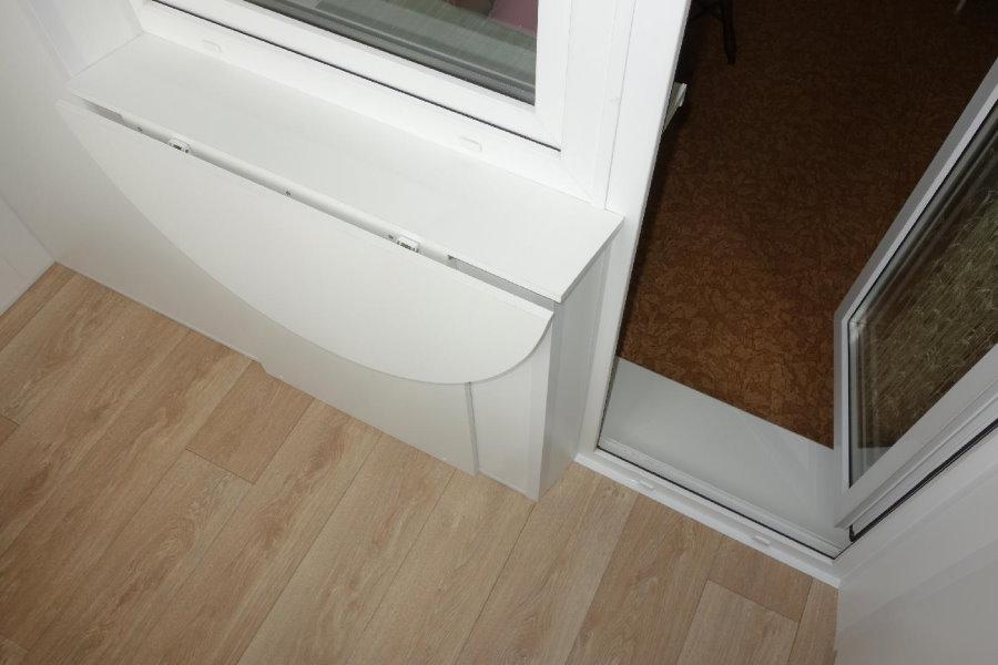 Небольшой откидной столик на окне с балконным блоком