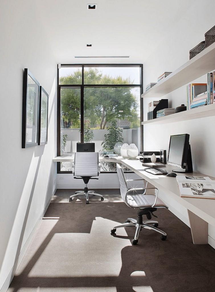 Рабочий стол перед окном в загородном доме