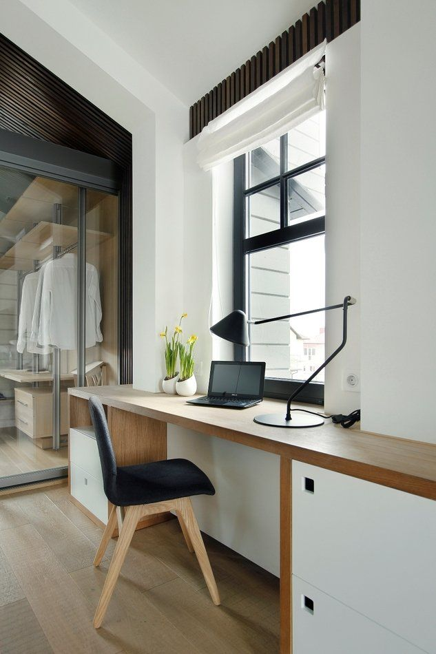 Деревянная столешница перед окном комнаты в стиле сканди