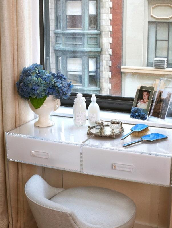 Туалетный стол-подоконник с выдвижными ящиками