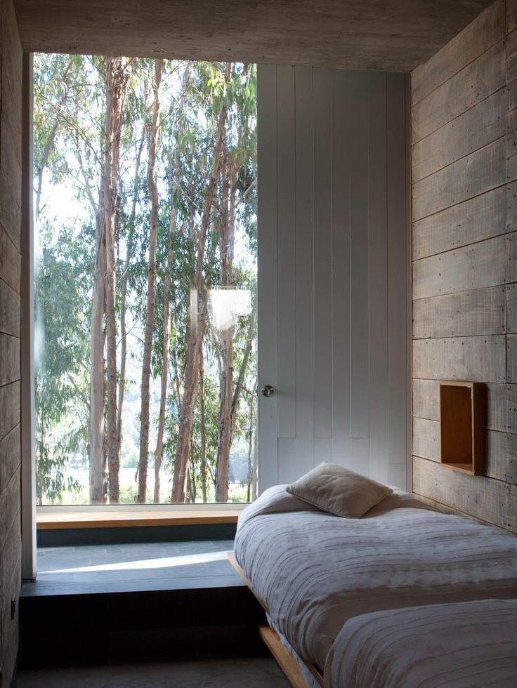 Столешница-подоконник в узкой спальне