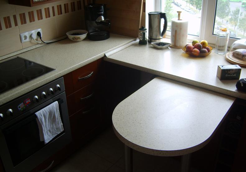 Выдвижной столик в кухонном подоконнике