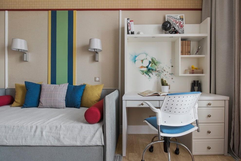 Письменный стол с надстройками в комнате девочки