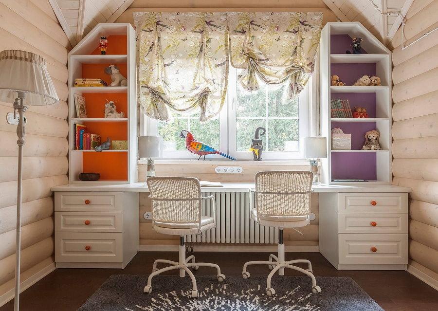 Письменный стол в детской комнате срубового дома