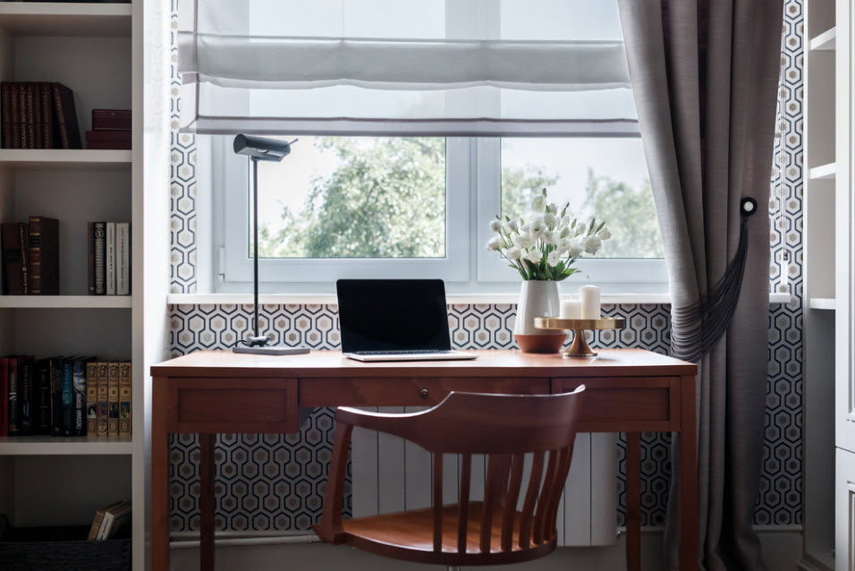 Классический письменный стол в комнате школьника