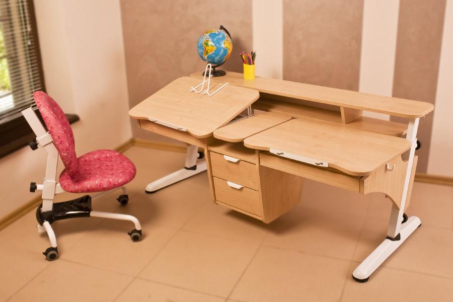 Парта-трансформер в комнате школьников разного возраста