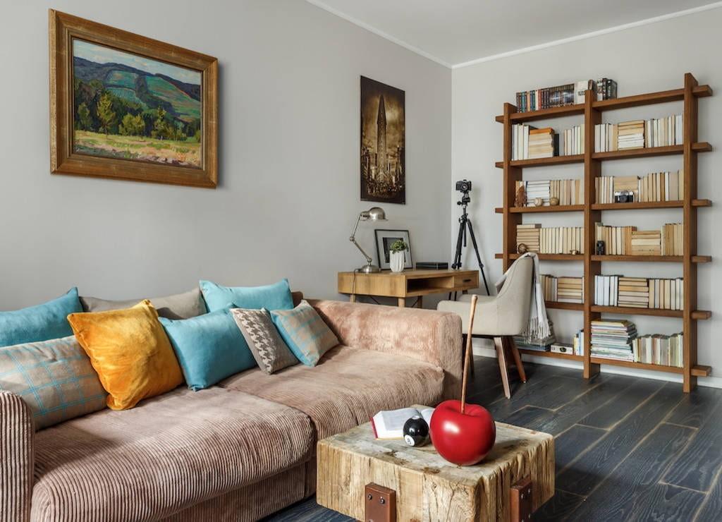 Удобный диван в зале квартиры площадью 55 квадратов