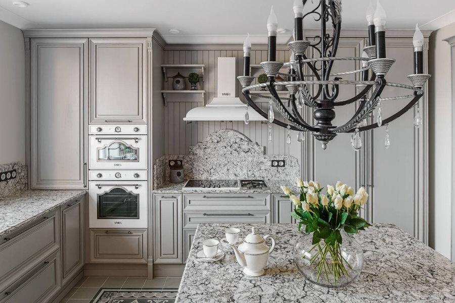 Мраморная столешница на кухне в стиле классика