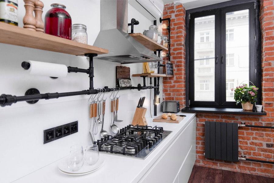 Белая столешница на гарнитуре в лофтной кухне