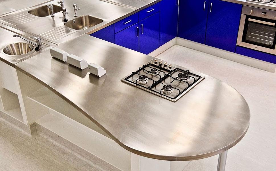 Матовая столешница из металла на кухне в стиле хай-тек