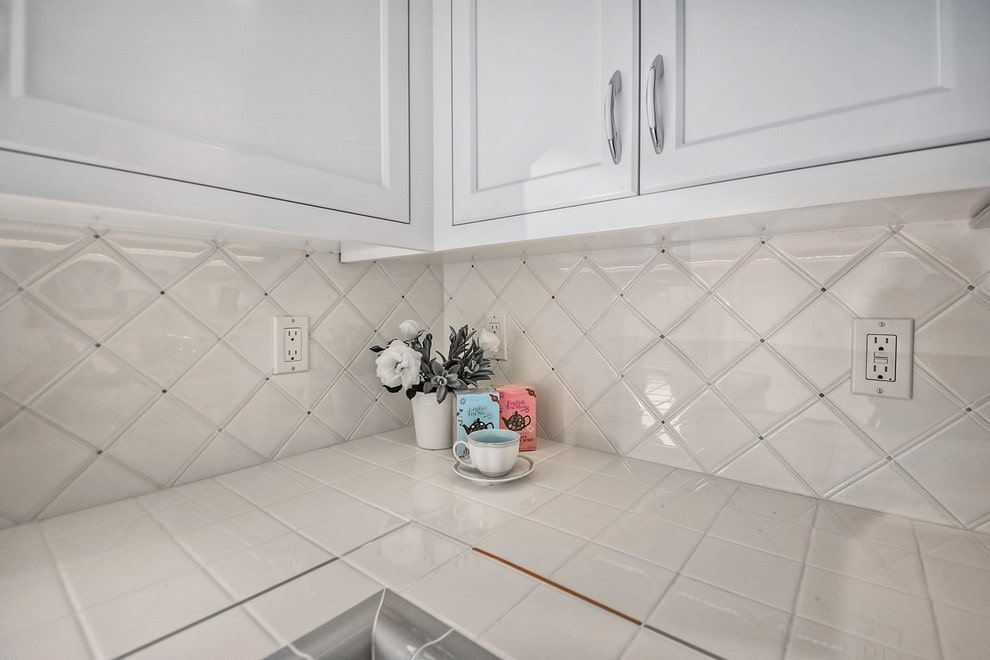 Кухонная столешница из плитки квадратной формы