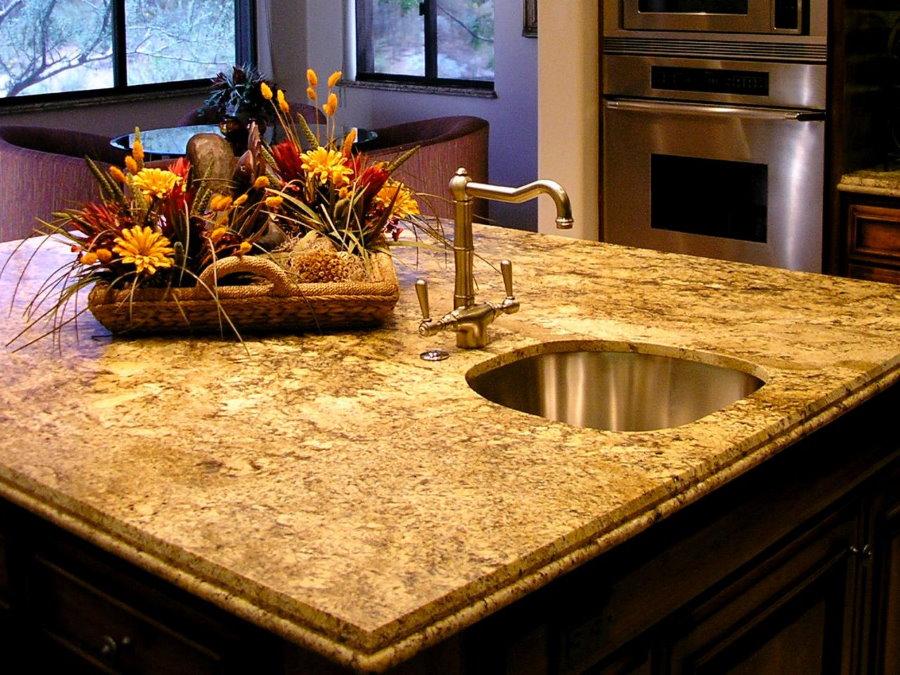 Каменная столешница на кухонном острове с мойкой