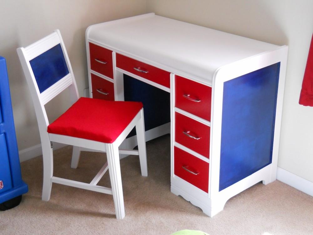 Трехцветный столик в комнату мальчика