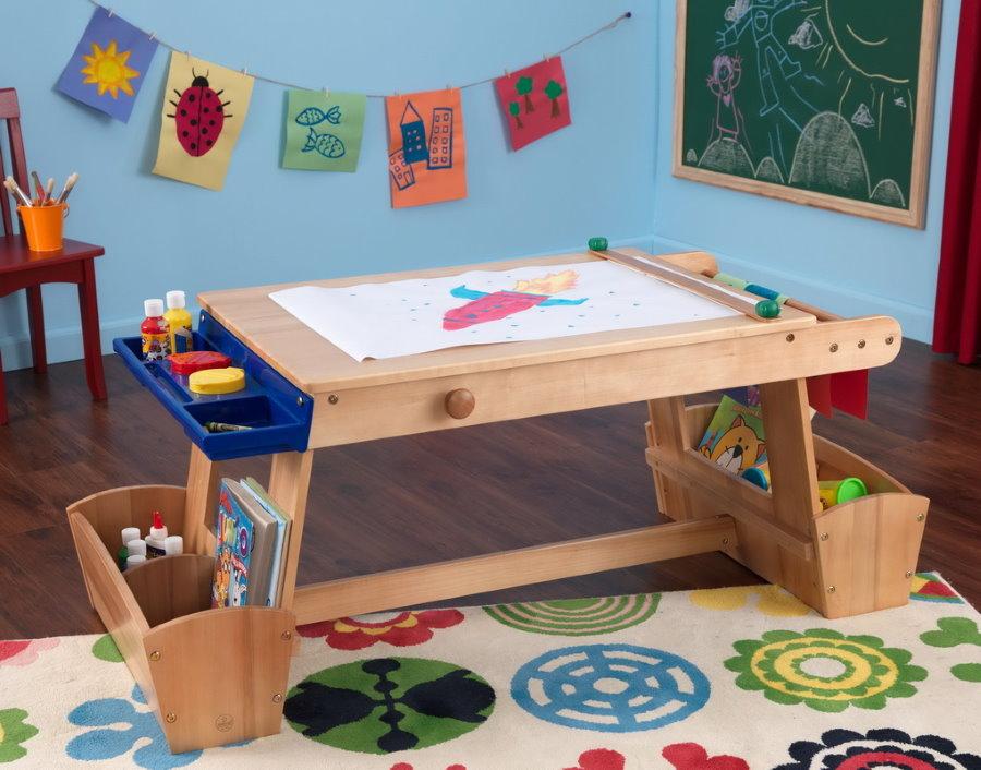 Детский столик из дерева для трехлетнего ребенка