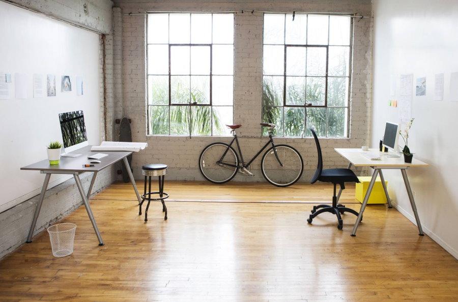 Столики на металлических ножках в просторной комнате
