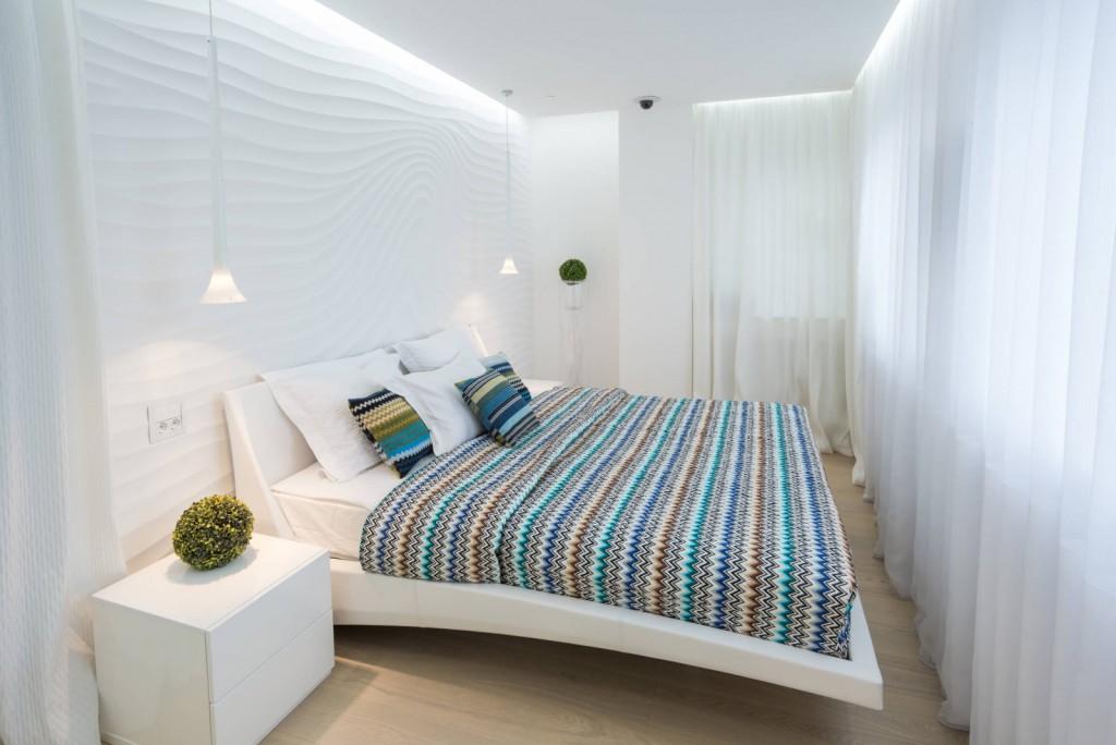 Парящий потолок в спальне с белыми шторами