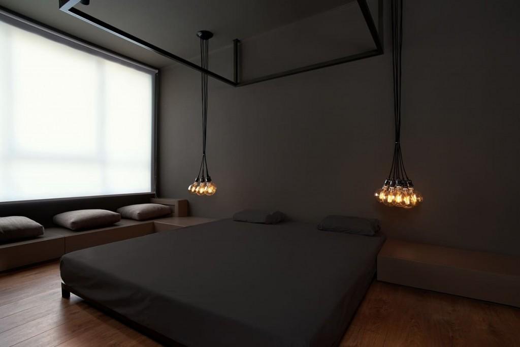 Подвесные лампы в спальне с темными стенами