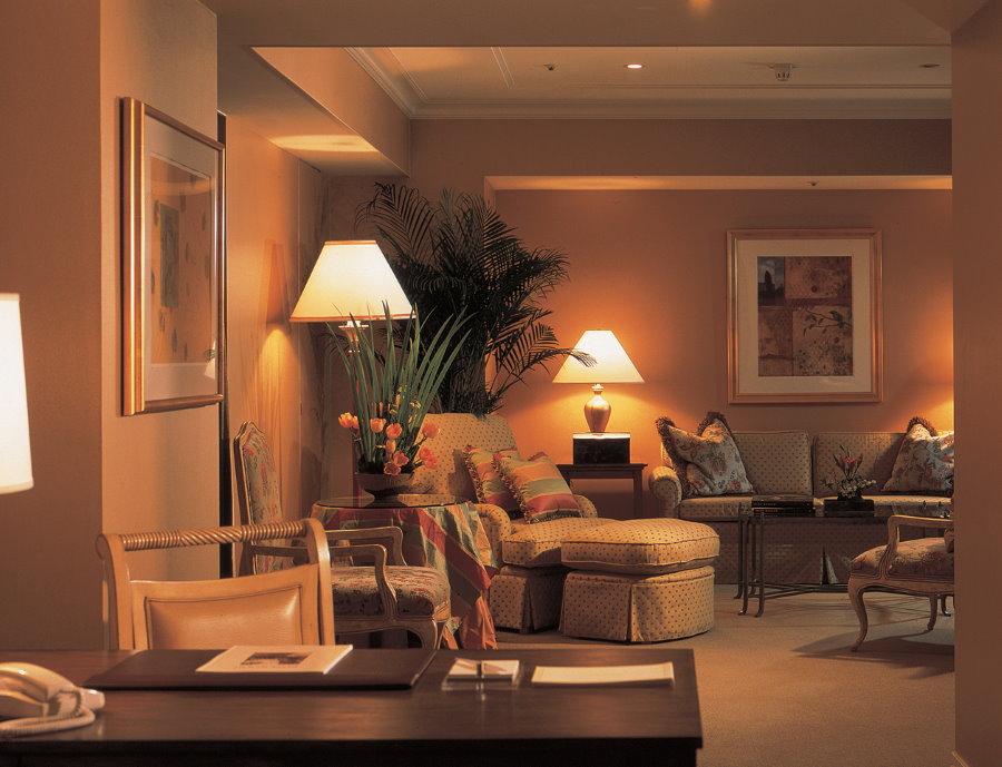 Освещение уютной гостиной в трехкомнатной квартире