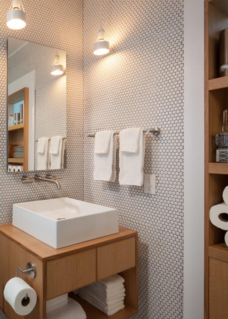 Подвесные светильники в небольшой ванной комнате