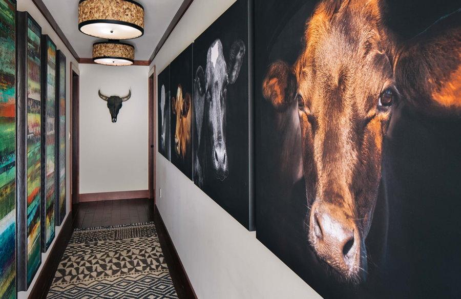 Декорирование узкого коридора в городской квартире