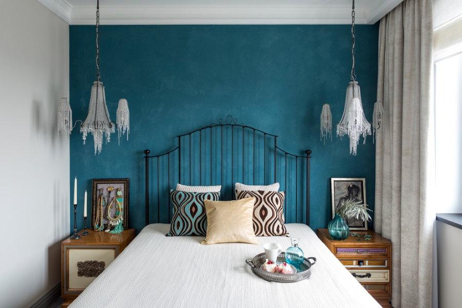 Стеклянные светильники в маленькой спальне