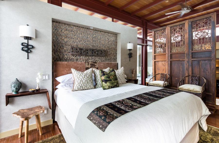 Светильники на стене спальной комнаты в азиатском стиле