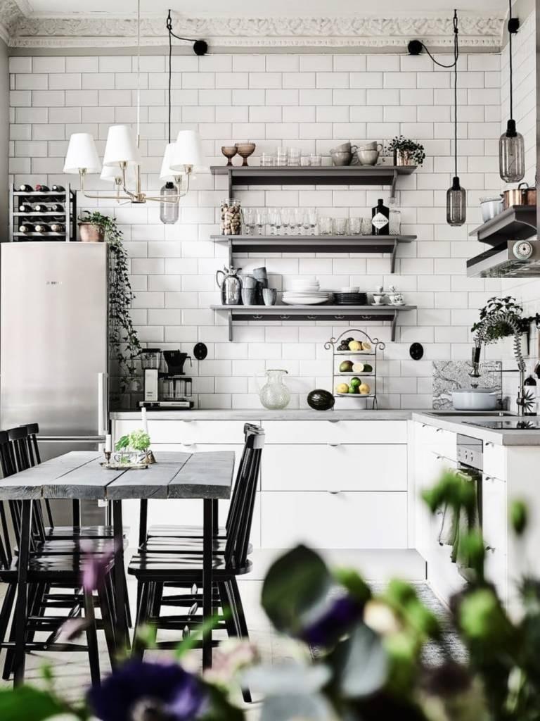 Подвесные полочки с кухонной посудой